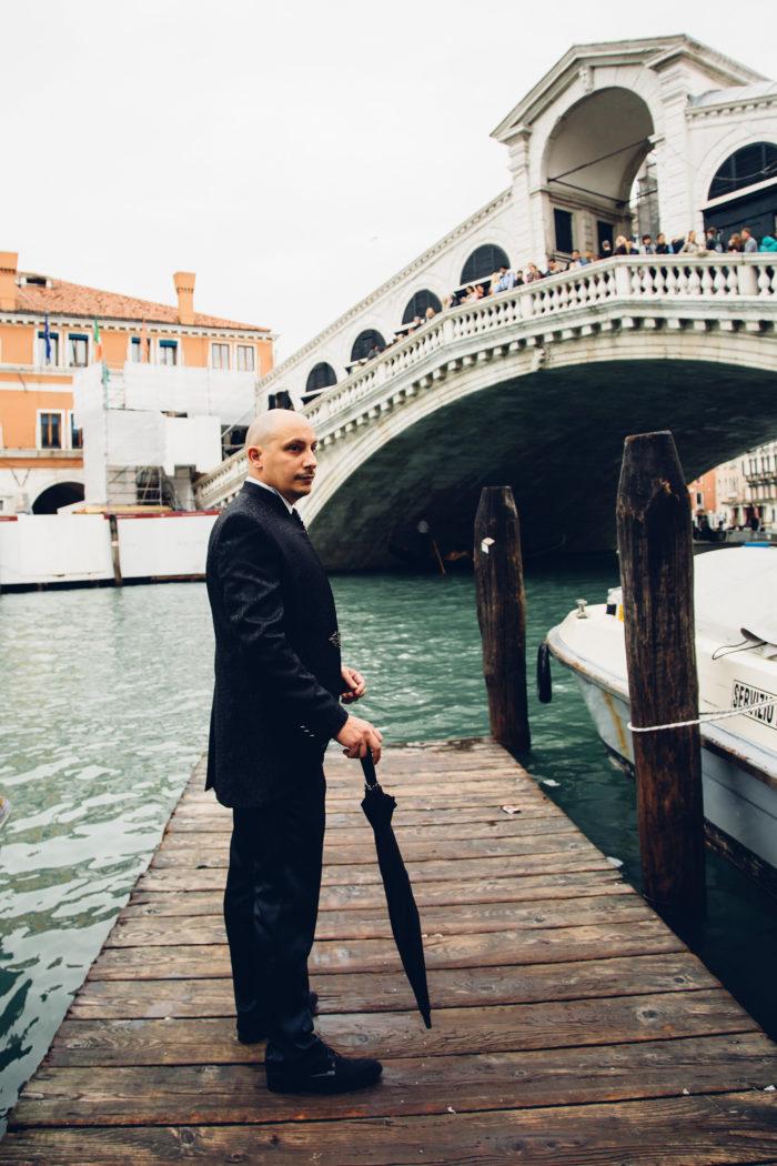 matrimonio a venezia lo sposo attende la sposa