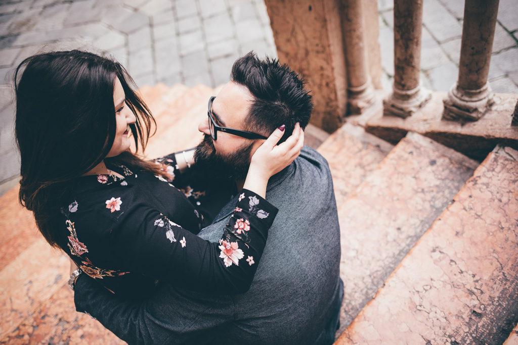 Foto di coppia sulla scala della ragione a Verona